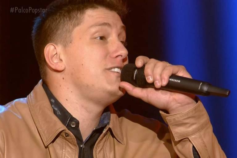 """Follmann canta """"Menina Veneno"""", de Zezé Di Camargo e Luciano, no segundo dia do programa ao vivo"""
