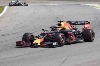 GP Brasil de Formula 1 no Autodromo de Interlagos. Jogador  do Sao Paulo. Max Vestarppen mantem primeiro lugar seguido por Hamilton que  toma lugar de Vettel na primeira volta  do GP Brasil de F1