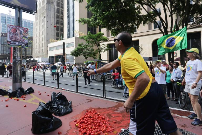 Na avenida Paulista, manifestante atira tomate em cartaz que identifica o ministro Gilmar Mendes, do STF