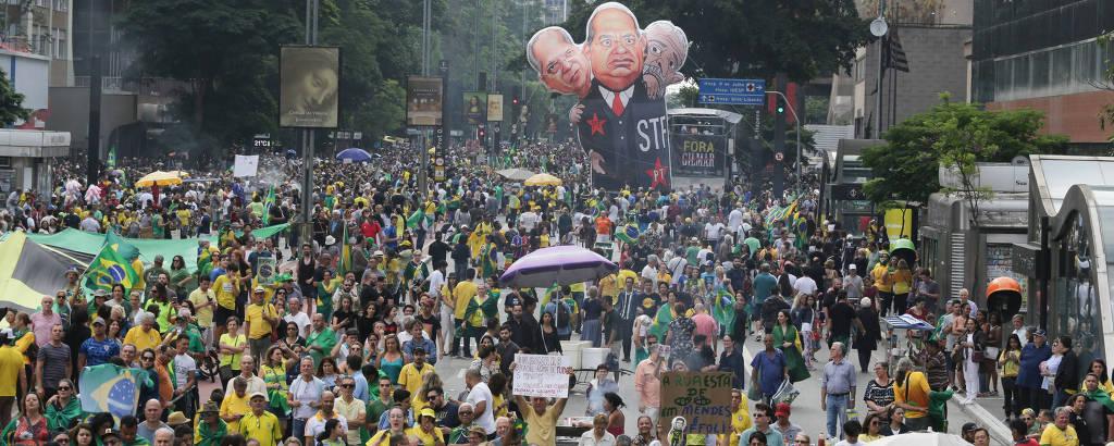 Manifestantes na avenida Paulista pedem o impeachment de ministros do Supremo Tribunal Federal (STF)