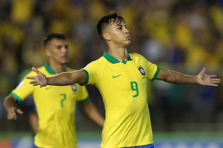 Kaio Jorge celebra o gol de empate contra o México