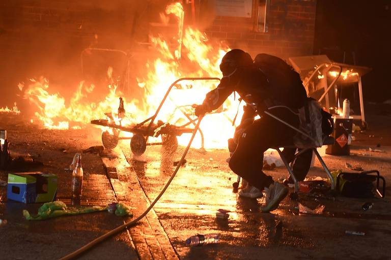 Estudante tenta extinguir chamas na universidade politécnica de Hong Kong