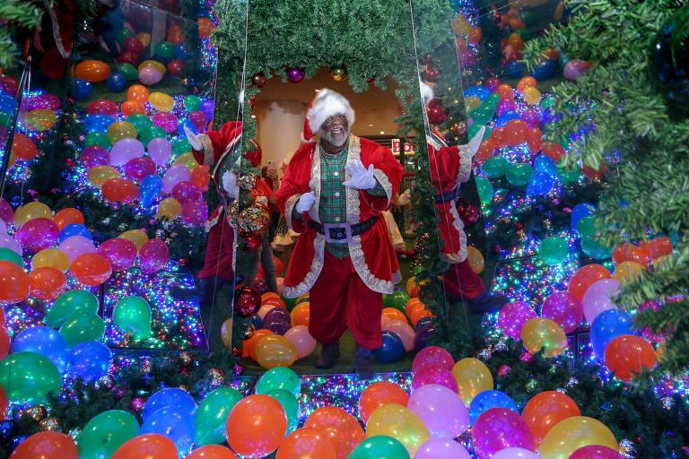 Papai Noel Aylton Lafayette, 66, negro, em shopping do Rio. Mesmo sendo formado pela Escola de Papai Noel desde 2005, Aylton nunca havia trabalhado em shoppings no período de Natal