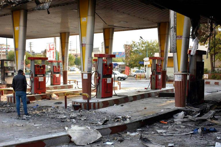 Posto de gasolina incendiado por manifestantes durante manifestação contra o aumento dos preços de combustíveis em Eslamshahr, próximo à capital iraniana, Teerã