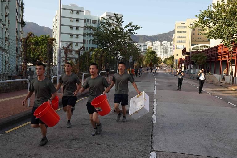 Pela primeira vez, soldados chineses auxiliam na limpeza das ruas após outro sábado de manifestações