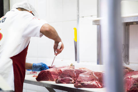 SÃO PAULO, SP, BRASIL, 26.06.2017 - Açougueiro manipula peças de carnes em estabelecimento comercial especializado em carnes, no bairro da Saúde, na zona sul de São Paulo (SP).  A suspensão da exportação da carne bovina fresca do Brasil para os EUA por problemas sanitários é mais um impacto na imagem da produção brasileira, mas não afastou consumidores ouvidos pelo UOL nesta segunda-feira (26) em São Paulo (SP). Eles afirmaram que estão acompanhando as denúncias e investigações, mas que mantêm o consumo. (Foto: Marcelo Justo/UOL/Folhapress)