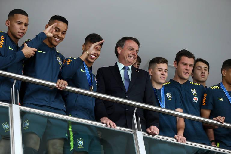 Bolsonaro com a equipe da seleção brasileira de futebol sub-17, campeã mundial em 2019