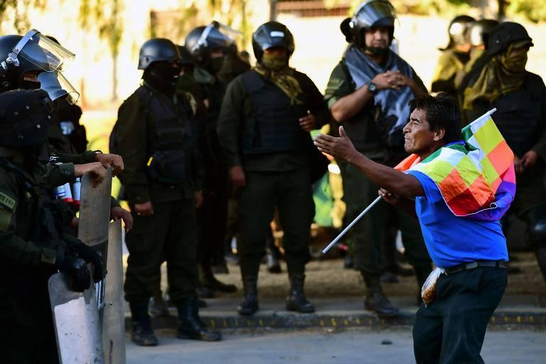 Apoiador do ex-presidente Evo Morales protesta em frente a policiais durante manifestação em La Paz