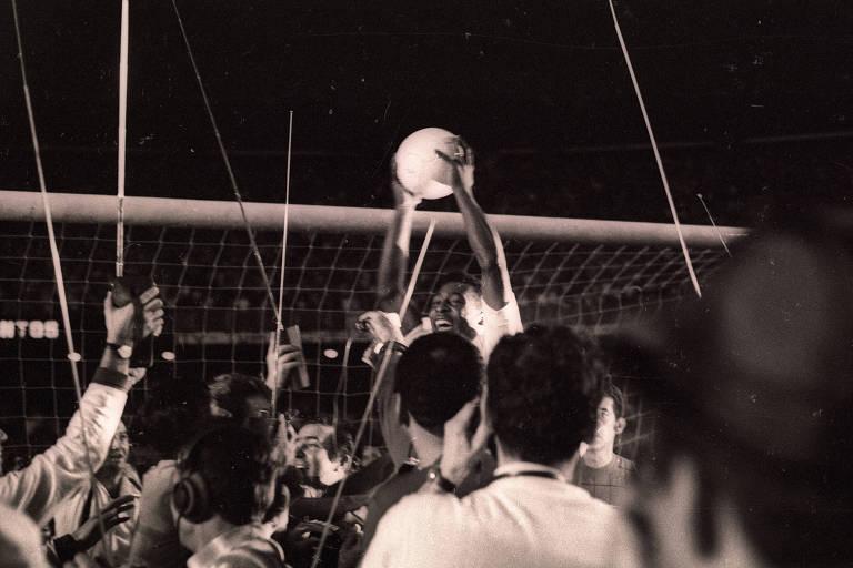 Pelé levanta a bola após marcar o milésimo gol da sua carreira, contra o Vasco, no Maracanã