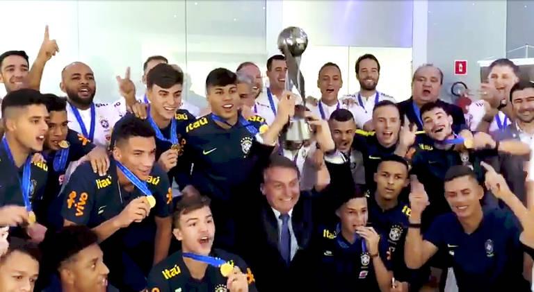 Bolsonaro se encontra com seleção sub-17 após título; veja imagens de hoje