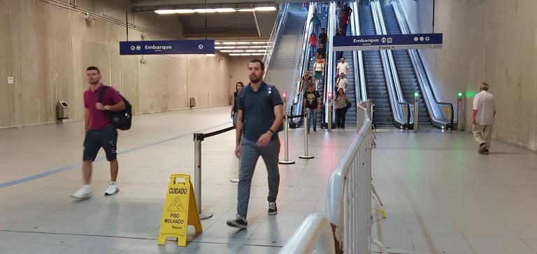 Passageiros reclamam de infiltração em estação do metrô em SP