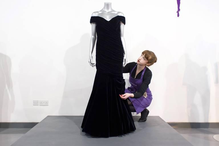 O icônico vestido de veludo da princesa Diana que foi vendido