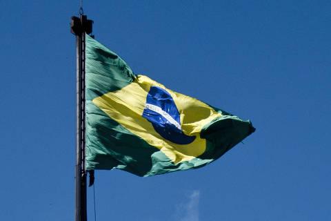 BRASÍLIA, DF, BRASIL,  01-05-2011, 11h00: Bandeira do Brasil, na Praça dos Três Poderes, é trocada durante tradicional cerimônia realizada todo primeiro domingo de cada mês. No mês passado, o símbolo nacional foi alvo de dois ataques. No dia 13 de abril, Paulo Sérgio Ferreira, de 38 anos, subiu no mastro e ateou fogo em uma ponta da bandeira brasileira. Cerca de duas semanas depois, três integrantes da Associação dos Ex-Soldados Especializados da Aeronáutica (Anese) também escalaram o mastro, mas não danificaram a bandeira.  (Foto: Marcelo Camargo/Folhapress, PODER) ***EXCLUSIVO***