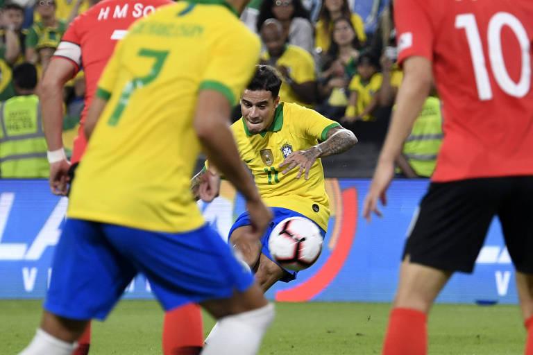 Philippe Coutinho cobra falta durante amistoso contra a Coreia do Sul