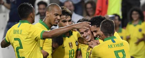 Brazil's midfielder Philippe Coutinho (3rd-R) celebrates with his teammates after scoring a  goal against South Korea during the friendly football match between Brazil and South Korea at Mohammed Bin Zayed Stadium in Abu Dhabi on November 19, 2019. (Photo by KHALED DESOUKI / AFP) ORG XMIT: CAC2787