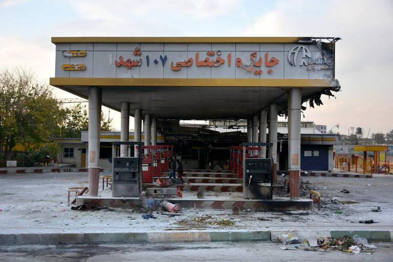 Posto de gasolina incendiado por manifestantes durante protesto contra aumento dos preços dos combustíveis em Eslamshahr, próximo a Teerã