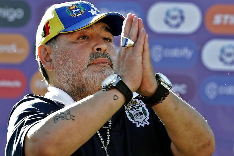 Maradona cumprimenta os torcedores após empate contra o Estudiantes, em La Plata
