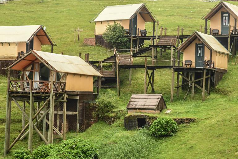 Vista dos quartos no hotel Parador, em Cambará do Sul (RS), que ficam em uma espécie de cabana suspensa à beira do rio Camarinhas