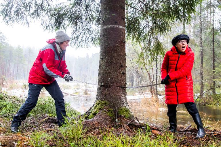 As prefeitas de Oslo, Marianne Borgen, e Westminster, Ruth Bush, serraram o tronco da árvore que será exibida na Trafalgar Square, em Londres