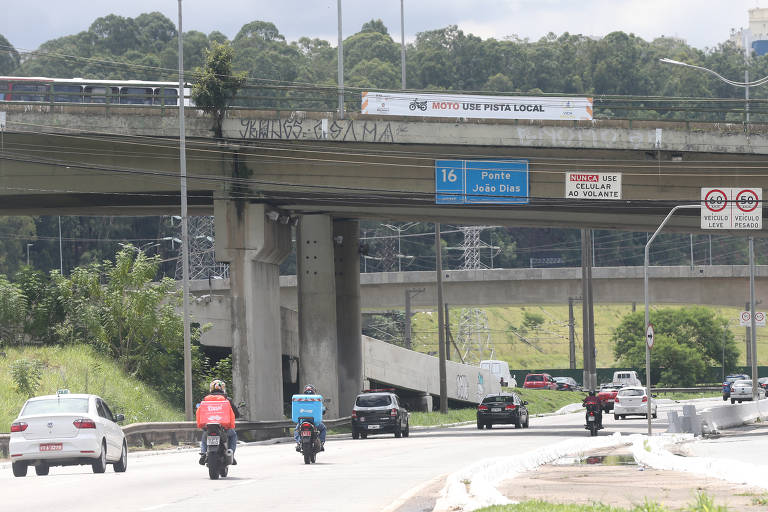 Motociclistas passam entre os carros na marginal Pinheiros; desde maio eles estão proibidos de circular pela pista expressa