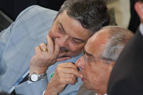 BRASÕLIA, DF - 15.12.2010: BALAN«O/GOVERNO LULA/DF - O deputado federal AntÙnio Palocci Filho (PT-SP) e o ex-ministro da JustiÁa M·rcio Thomaz Bastos coversam durante cerimÙnia de balanÁo dos oito anos de governo do presidente Luiz In·cio Lula da Silva, no Pal·cio do Planalto, nesta quarta-feira. (Foto: Alan Marques/Folhapress) ORG XMIT: AGEN1101120350327089