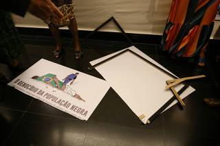 Deputado Coronel Tadeu (PSL-SP) quebra placa que homenageia negros, no DF