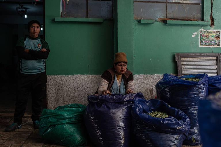 Mulher vende folhas de coca