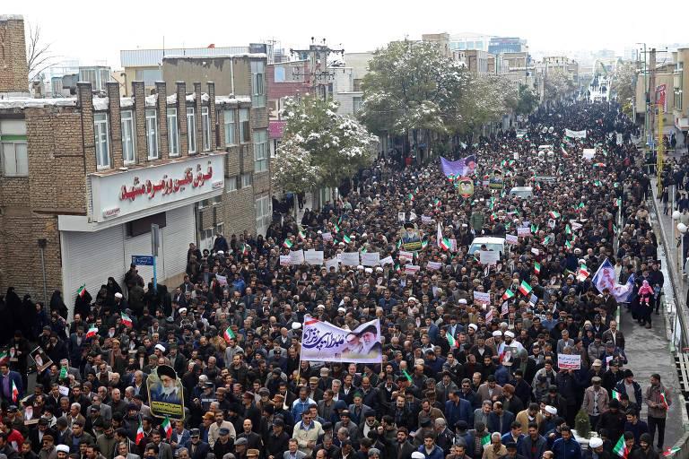 Apoiadores do governo iraniano fazem manifestação em Arak