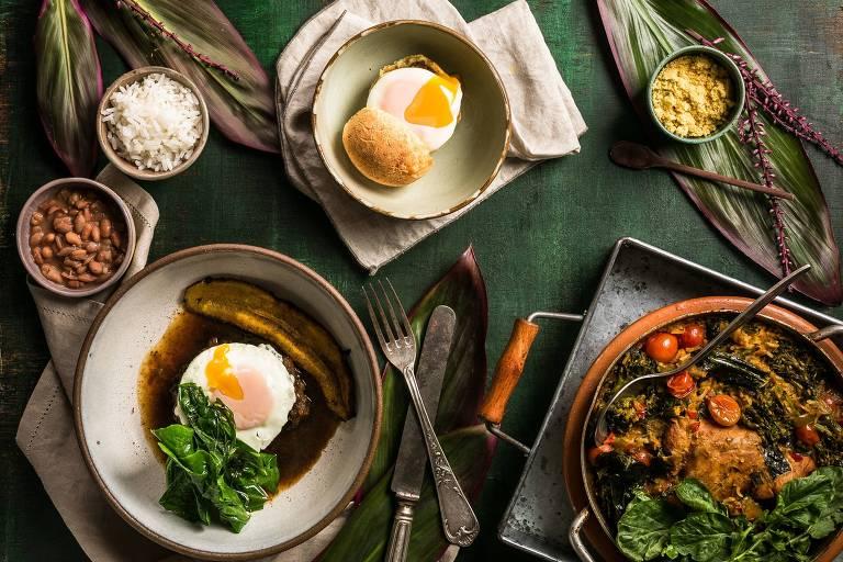 Picadinho com carne de panela coberto com ovo caipira + galinhada e pão de queijo da casa