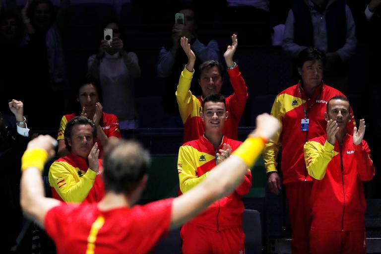 Time espanhol celebra vitória de Rafael Nadal (de costas) em partida da Copa Davis