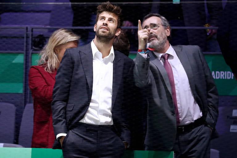 Gerad Piqué observa instalações da Caja Magica, palco da Copa Davis em Madri
