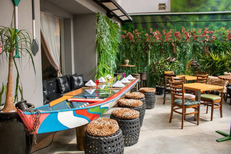 Barco usado como mesa no restaurante Amazônico