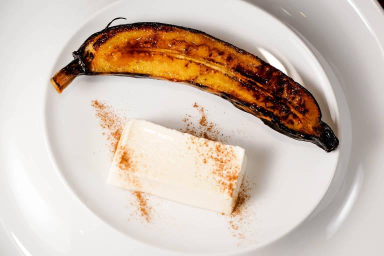 Banana-da-terra assada com panna cotta de canela do restaurante Amazônico