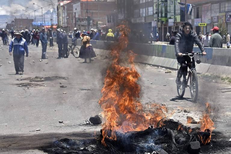 Pneus em chamas bloqueiam estrada de acesso a refinaria em El Alto, próxima a La Paz