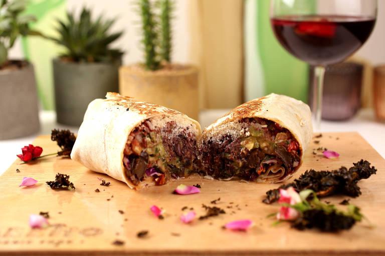 Burrito califórnia, com batatas, repolho, sour cream e queijo do Carrito Organic