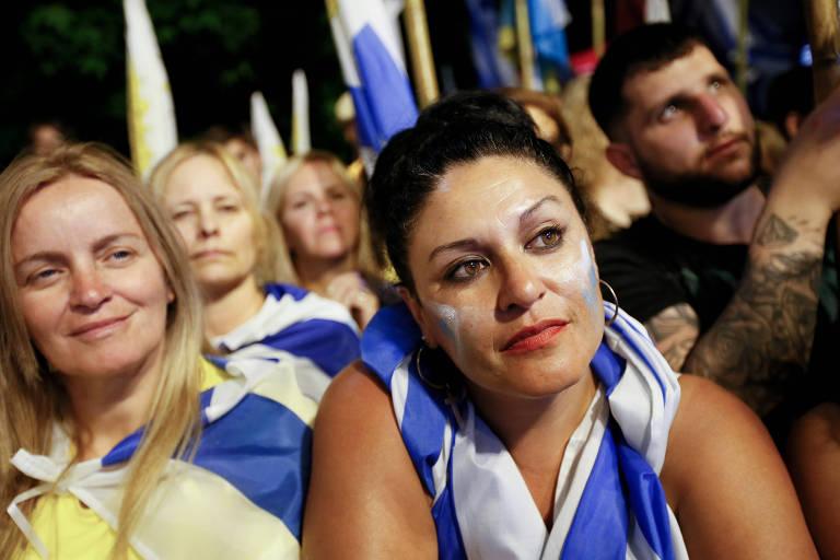 Uruguaios participam de comício do partido Nacional na terça-feira (19)