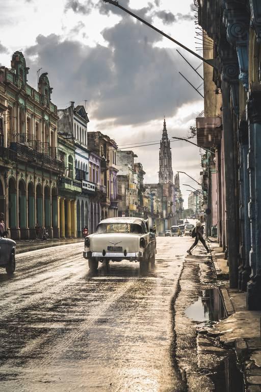 Carro antigo, comum nas ruas de Cuba, em via do centro da capital, Havana
