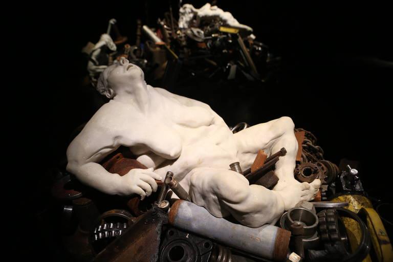 De corpos disformes de mármore a fotografias de papelão, conheça a obra de Rose Klabin