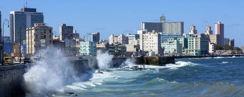 'El Malecón', paredão que se estende por 8 quilômetros da orla desde Havana Velha até o  bairro de Vedado, na capital cubana
