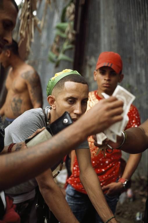 Moradores do bairro de Regla, em Havana, apostam dinheiro em jogo de azar, em foto de 2018