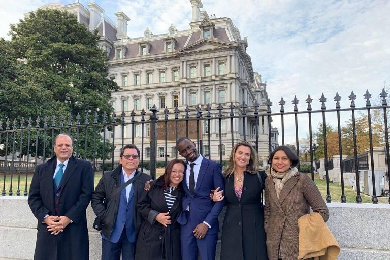 Patrícia Campos Mello e jornalistas após visita ao vice-presidente americano Mike Pence **Folha por Folha** Exclusivo Corrida