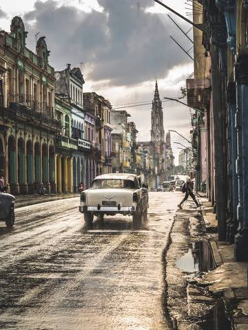 Typical street in La Habana and cathedral in the distance in rain, Havana, Cuba, West Indies, Caribbean, Central America ORG XMIT: 1276-1491