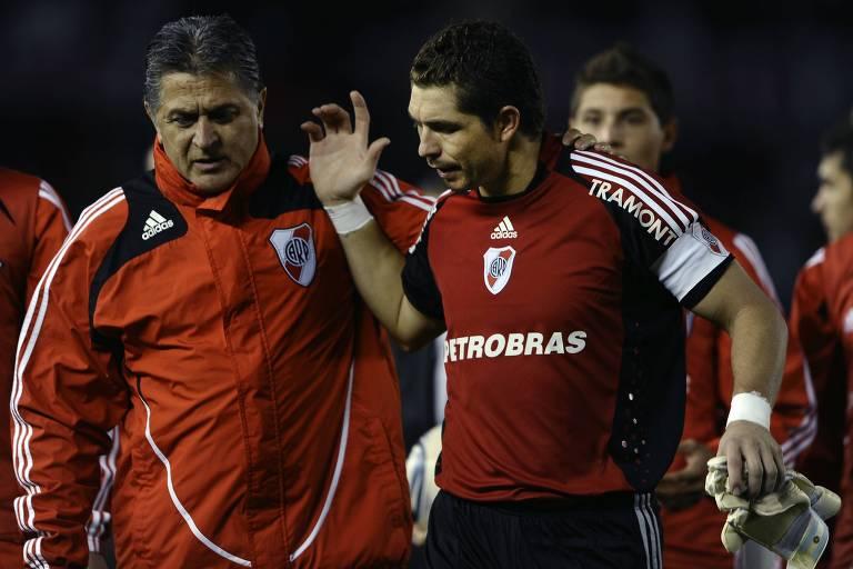 Ubaldo Fillol (à esq.) com o goleiro Pablo Carrizo, do River, após jogo contra o San Lorenzo, em 2011
