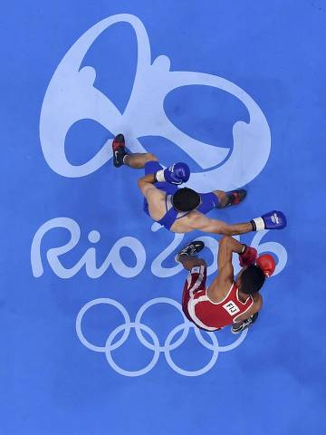 2016 Rio Olympics - Boxing - Preliminary - Men's Welter (69kg) Round of 32 Bout 33 - Riocentro - Pavilion 6 - Rio de Janeiro, Brazil - 07/08/2016. Winston Hill (FIJ) of Fiji and Vladimir Margaryan (ARM) of Armenia compete. REUTERS/Pool FOR EDITORIAL USE ONLY. NOT FOR SALE FOR MARKETING OR ADVERTISING CAMPAIGNS.   ORG XMIT: OLYDH209