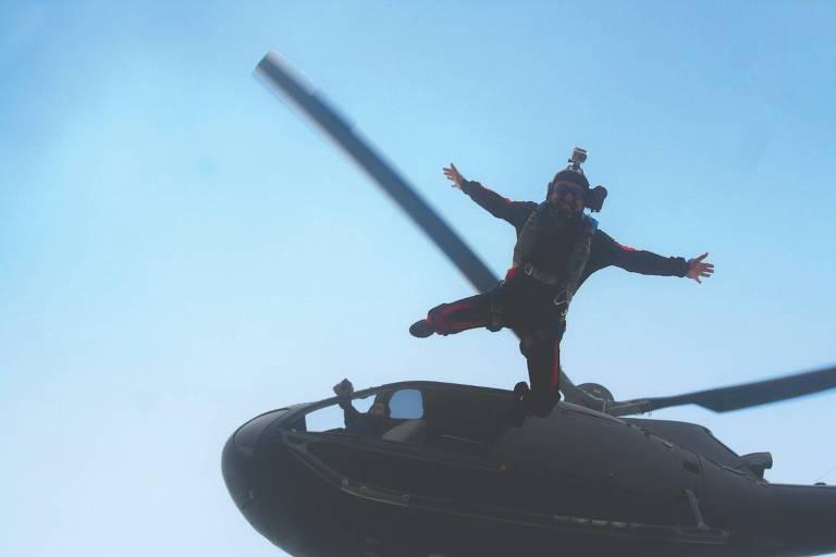 Paraquedista durante um pulo de wingsuit