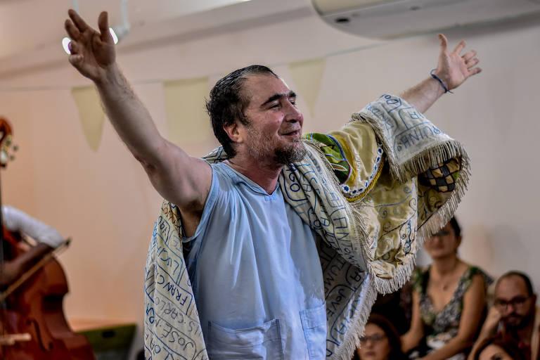 João Miguel em cena de 'Bispo a Seco'
