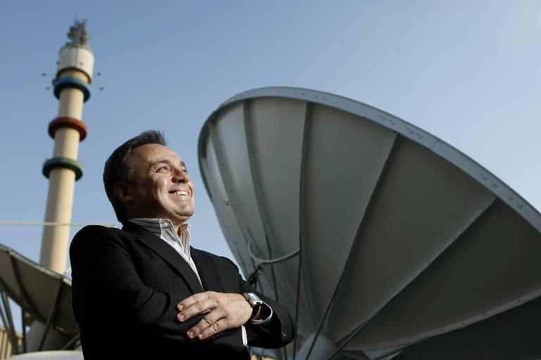 Entrevista exclusiva para a FOLHA com o apresentador Gugu Liberato já na TV Record, sua nova emissora. Na foto, Gugu posa a frente das antenas de transmissão da emissora