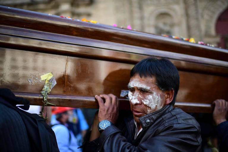 Marcha chega a La Paz com corpos de mortos em refinaria