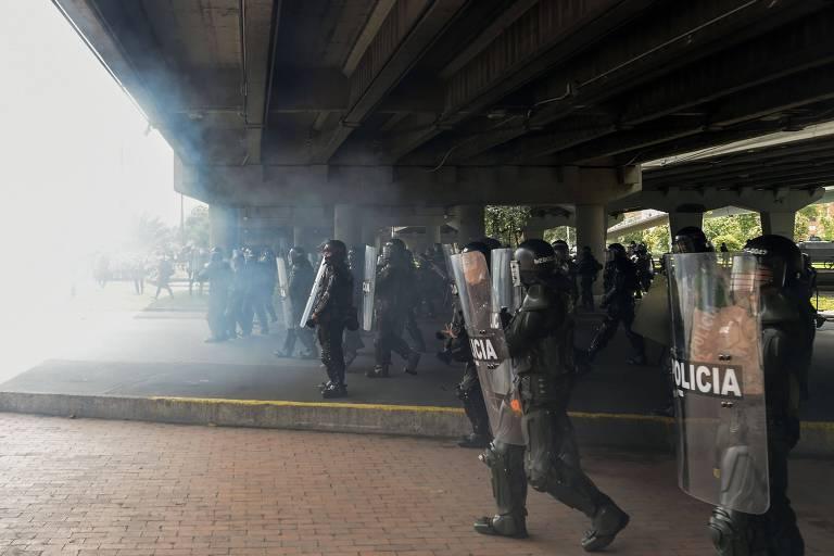 Policiais usam gás lacrimogêneo para dispersar manifestantes em Bogotá