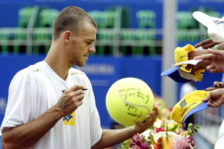 Guga dá autógrafos durante a edição de 2004 do Brasil Open